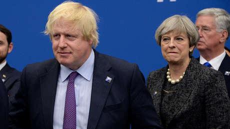 Boris Johnson, exministro de Exteriores del Reino Unido, y la primera ministra británica Theresa May
