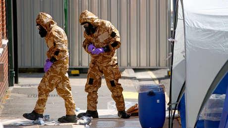 Investigadores forenses con trajes de protección en Amesbury, Gran Bretaña, 6 de julio de 2018.