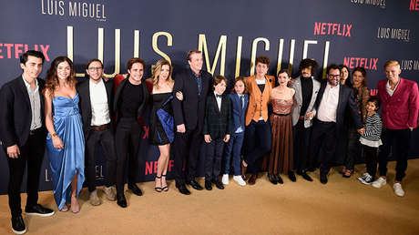 El elenco de la serie 'Luis Miguel' de Netflix posa en la Ciudad de México el 17 de abril de 2018.