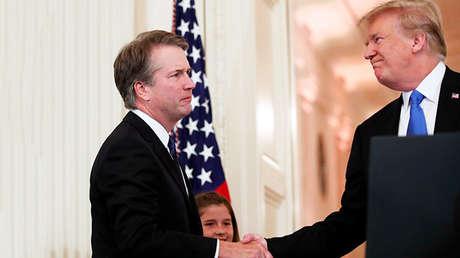 Donald Trump estrecha la mano del juez Brett Kavanaugh en la Casa  Blanca, Washington, el 9 de julio de 2018.