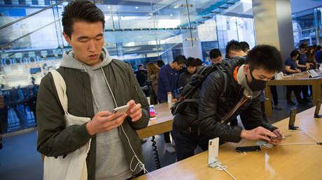 Fanáticos de Apple acuden a una tienda de la compañía en Pekín (China), para comprar el nuevo iPhone X.