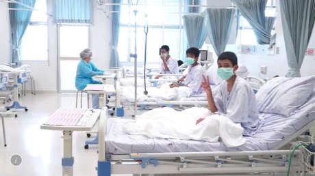 Tres de los 12 niños rescatados en Tailandia recuperándose en el hospital.