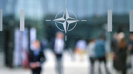 El emblema de la OTAN en Bruselas, Bélgica.