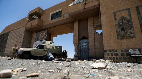 Vehículo militar protege la puerta de una prisión cerca de Amrán, Yemen, el 9 de junio de 2014.