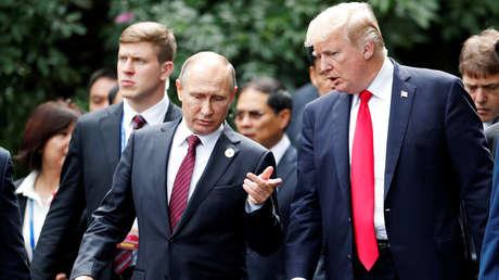 Los presidentes de Rusia y EE.UU., Vladímir Putin y Donald Trump, en la cumbre del APEC, Danang, Vietnam, el 11 de noviembre de 2017.