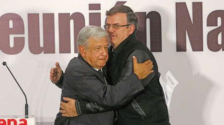 El presidente electo mexicano, López Obrador, con Marcelo Ebrard, propuesto como canciller. Ciudad de México, 1 de febrero de 2018.
