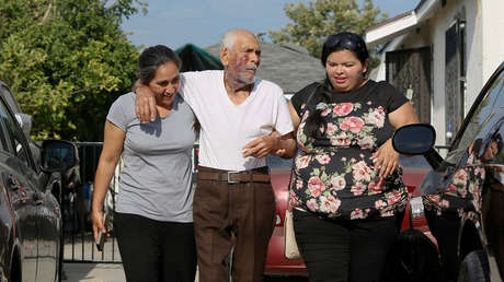 Aurelia Rodriguez (izquierda) ayuda a su padre, Rodolfo Rodríguez, junto a Misbel Borjas (derecha) a llegar a su vivienda en Los Ángeles, el 11 de julio de 2018.