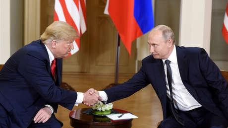 El presidente de EE. UU., Donald Trump, estrecha la mano del presidente de Rusia, Vladímir Putin, durante una reunión en Helsinki, Finlandia, el 16 de julio de 2018.
