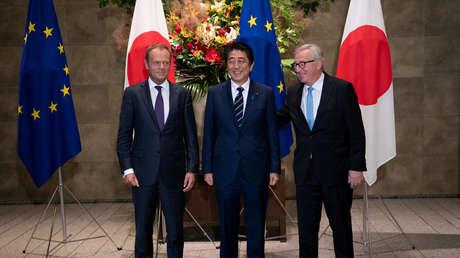 El primer ministro japonés, Shinzo Abe, con el presidente de la Comisión Europea, Jean-Claude Juncker, y el presidente del Consejo Europeo, Donald Tusk, en Tokio, Japón, el 17 de julio de 2018