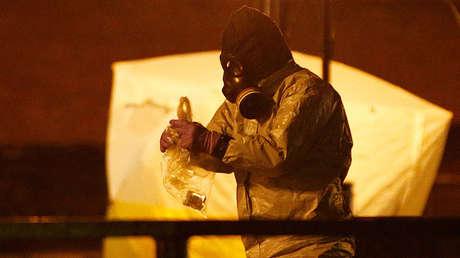 Miembros de los servicios de emergencia trabajan cerca del banco donde fueron hallados envenenados Serguéi y Yulia Skripal, en Salisbury, Reino Unido, 13 de marzo de 2018.