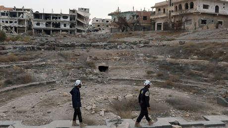 Miembros de los Cascos Blancos inspeccionan daños en un sitio de ruinas romanas en Dara (Siria), el 23 de diciembre de 2017.