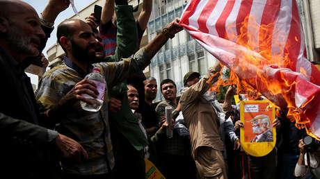 Iraníes queman una bandera de EE.UU. durante una protesta en Teherán (Irán), el 11 de mayo de 2018.