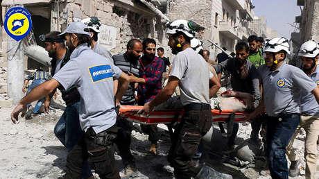 Un grupo de miembros de los Cascos Blancos evacúan a una victima de un ataque aéreo en el este Alepo (Siria) en septiembre de 2016.