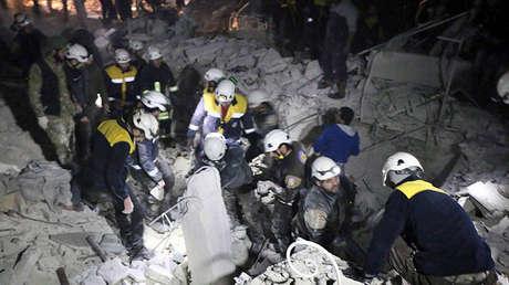 Los Cascos Blancos inspeccionan  escombros después de un bombardeo contra un grupo de militantes extranjeros en Idlib, Siria, el 7 de enero de 2018.