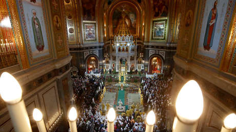 El patriarca Kirill, jefe de la Iglesia ortodoxa rusa, oficia una misa navideña en la Catedral de Cristo Salvador en Moscú (Rusia).