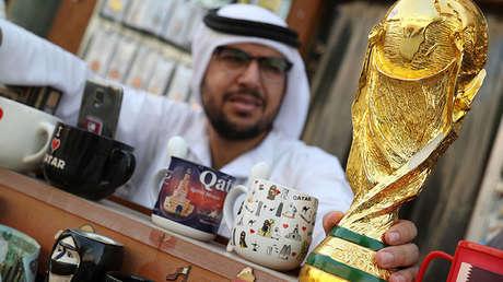 Una maqueta de la Copa del Mundo en una tienda en Doha (Catar), el 13 de julio de 2018.