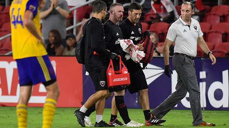 Wayne Rooney, delantero del D.C. United, recibió un duro golpe en un partido contra Colorado Rapids en Washington, el 28 de julio de 2018.