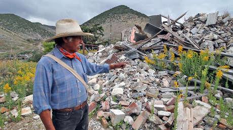 Roberto de la Rosa muestra los escombros tras el derrumbe de casas promovido por el gobierno de Zacatecas.