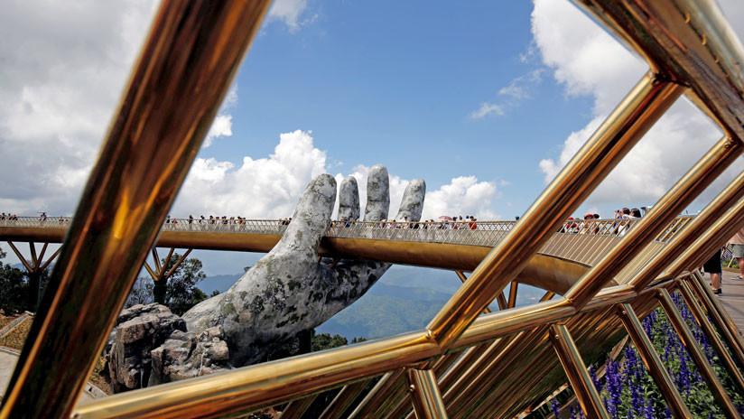 VIDEO: Así es el impresionante Puente de Oro que sujetan dos manos gigantes de piedra
