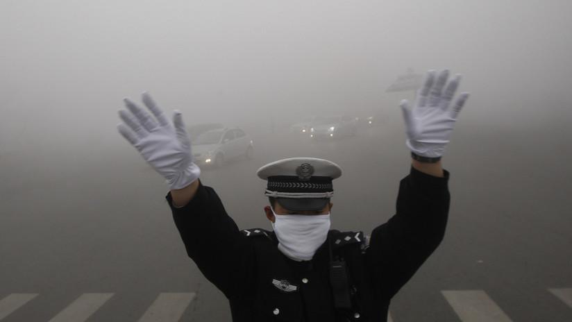 'A lo Jackie Chan': policía chino se trepa al techo del coche en marcha de un prófugo (VIDEO)