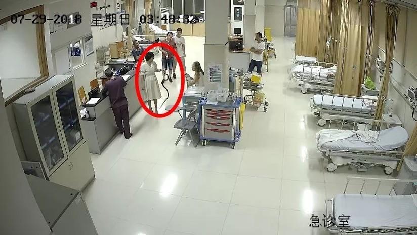 Llega al hospital cargando con la serpiente que la mordió