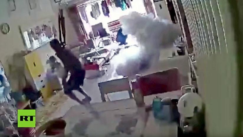 VIDEO: Se salvan por un pelo cuando un patín eléctrico explota en medio de su casa