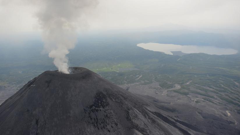 VIDEO: Un volcán activo ruso arroja enormes columnas de ceniza en Kamchatka