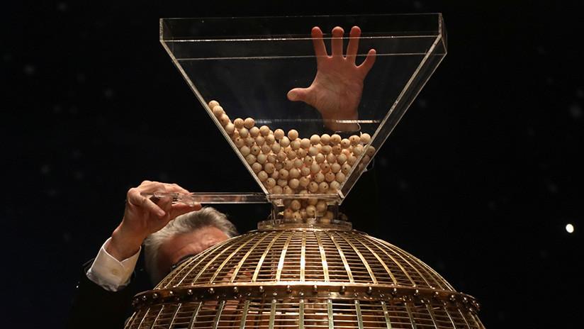 Una pareja gana más de 75 millones de dólares en la lotería pese a que rasgaron y botaron su boleto