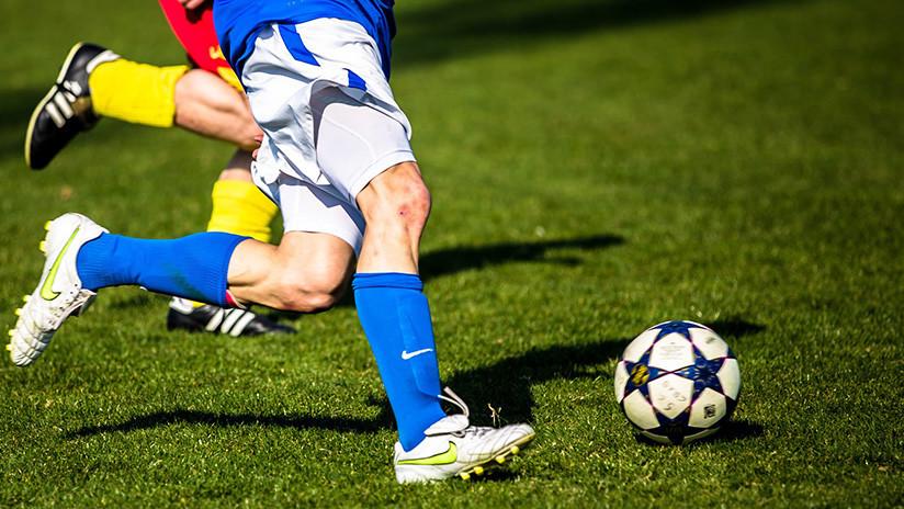 Futbolista le da una brutal patada directa al cuello de su rival