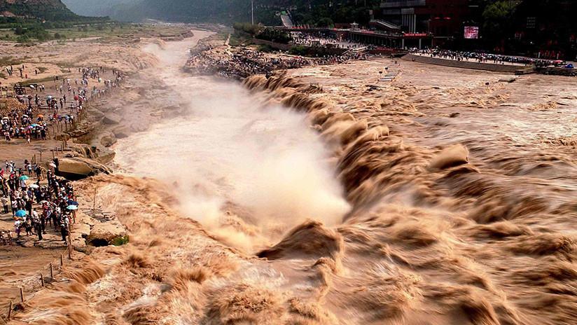 VIDEO: El audaz rescate de 14 personas atrapadas en sus camiones en medio de una inundación en China