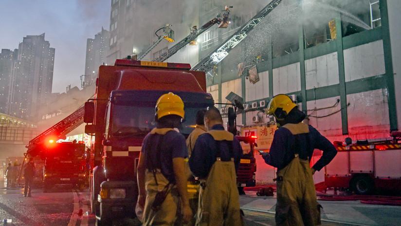 VIDEO: Una mujer arroja a sus hijos desde un quinto piso antes de morir en un incendio