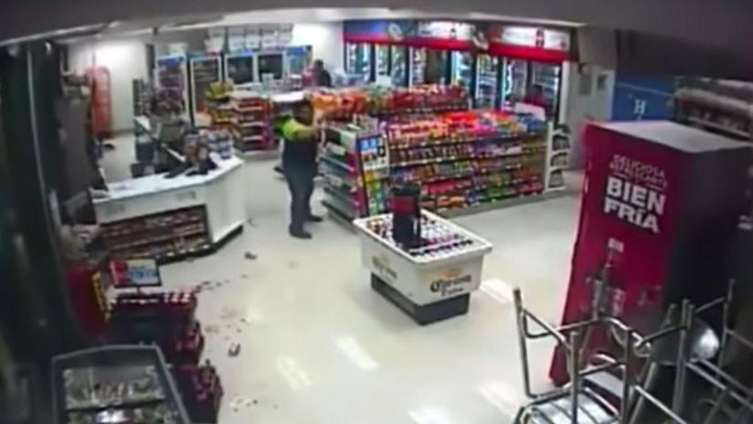 VIDEO: Empleado mata a un ladrón en una tienda en México y lo juzgan por homicidio (18+)