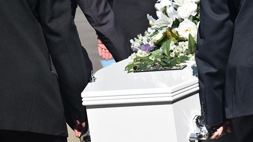 Una mujer se duerme dentro de un ataúd para atraer la suerte y muere
