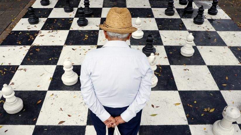 FOTO: Un abuelo enseña ajedrez en Chile y su imagen se vuelve viral