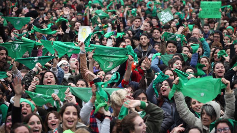 Miles de personas hacen largas filas en Argentina para renunciar a la Iglesia católica