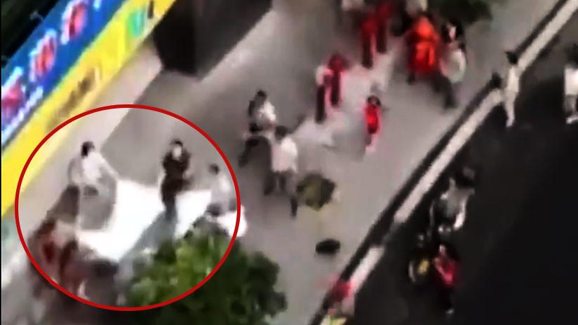 Video con final incierto: Niño cae desde un cuarto piso y lo atajan con una sábana (que no resiste)
