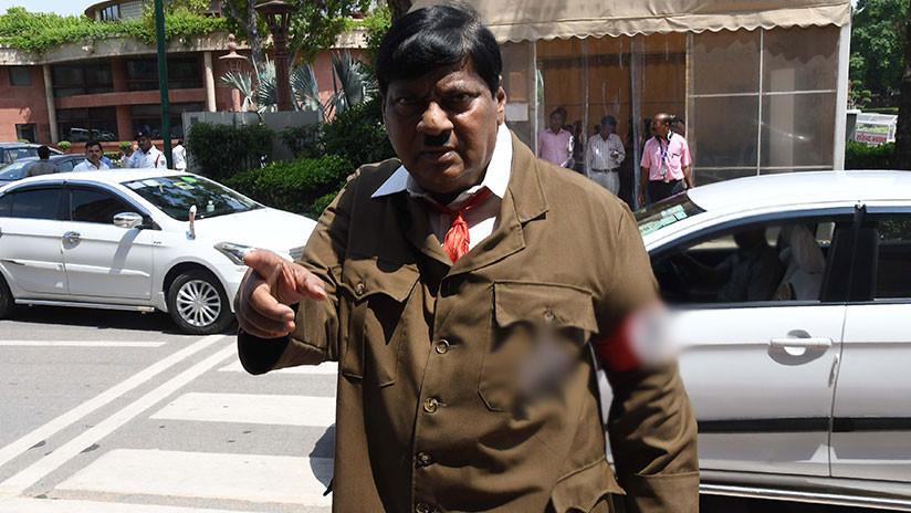FOTOS: Un 'Hitler' aparece en el Parlamento de la India para transmitir un mensaje