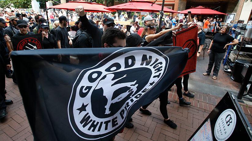 Miles de personas acorrolan a grupo neonazis en EEUU