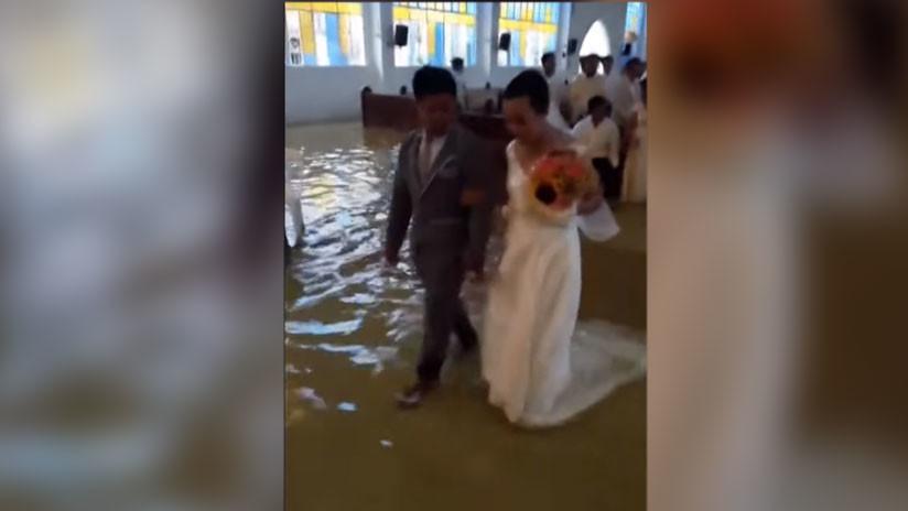 VIDEO: Una pareja se casa en una iglesia inundada por fuertes lluvias