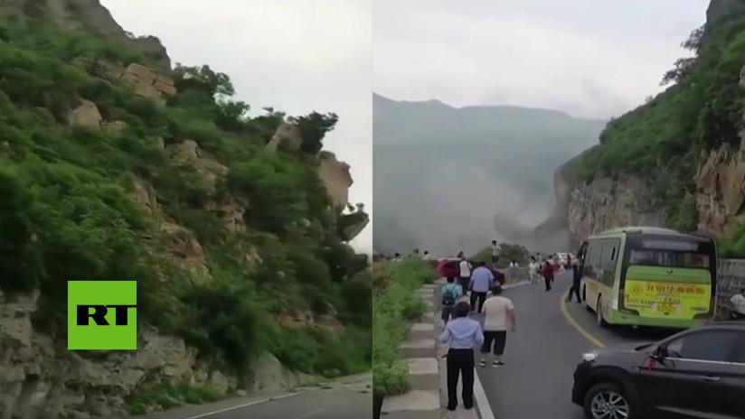 VIDEO: Para el tráfico instantes antes de un masivo derrumbe de rocas en una carretera