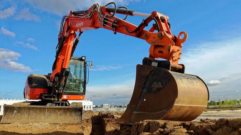 VIDEO: Obrero destruye varias casas con una excavadora indignado por no recibir su sueldo