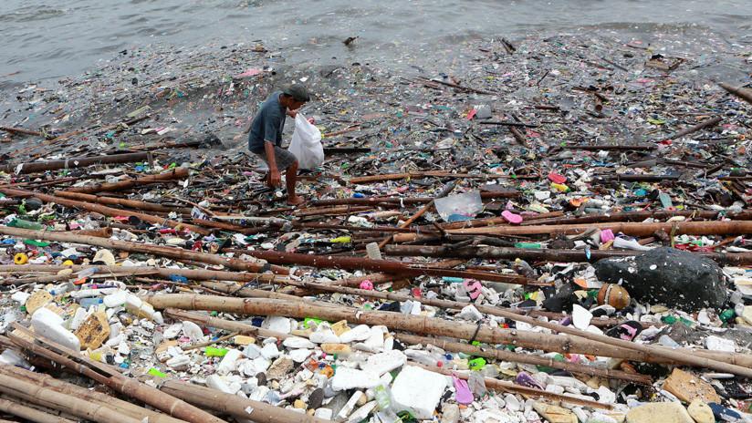 VIDEO: 'Olas de basura' plástica invaden la costa de una bahía en Filipinas