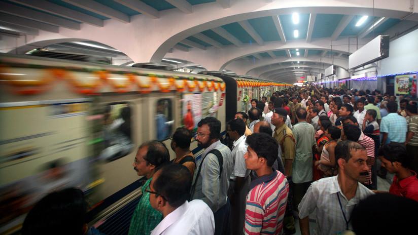 Hora punta en la India: una marea de pasajeras lucha para subirse a un tren (VIDEO)