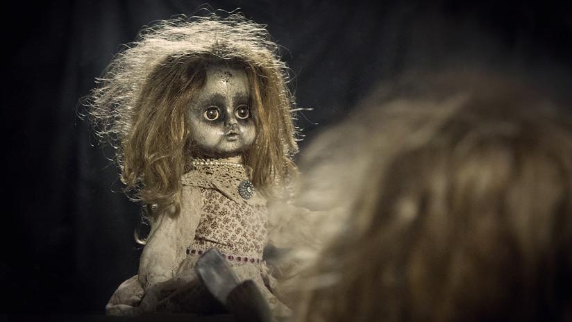 """""""La acaricio y me siento segura"""": Una joven en EE.UU. se casará con una muñeca satánica (FOTOS)"""