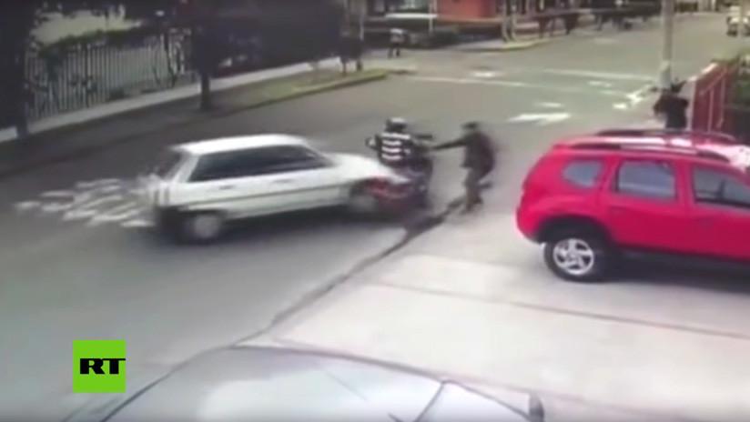 VIDEO: Automovilista arrolla a ladrones que encañonaban a un peatón en Bogotá