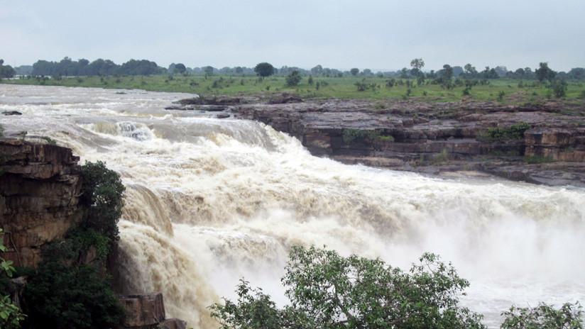 VIDEO: Una fuerte riada arroja a 12 personas por una cascada de India