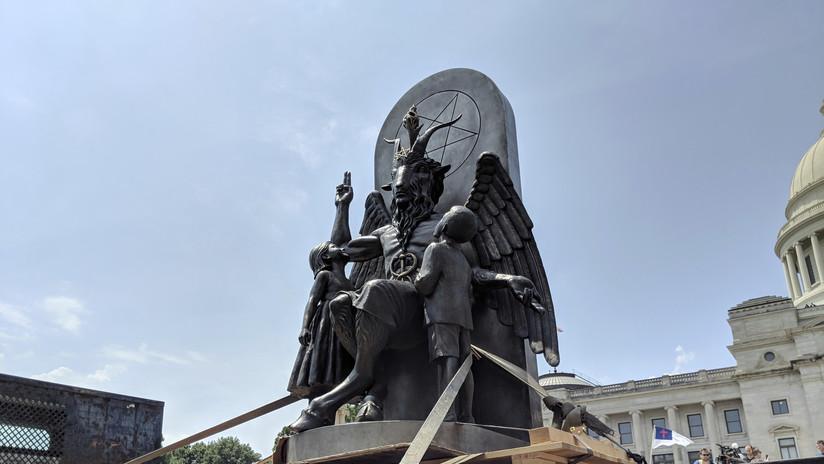 FOTO, VIDEOS: Con enorme ídolo diabólico satanistas piden retirar un monumento cristiano en EE.UU.