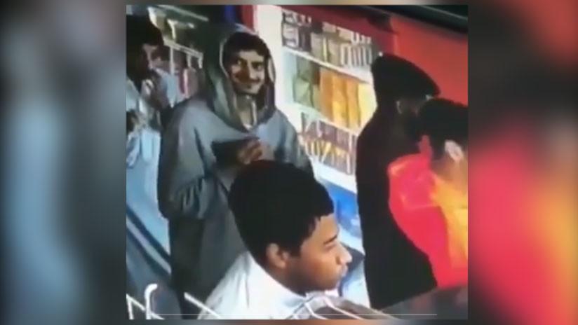 VIDEO VIRAL: Carterista en acción ve que la cámara lo está grabando y su reacción no tiene precio