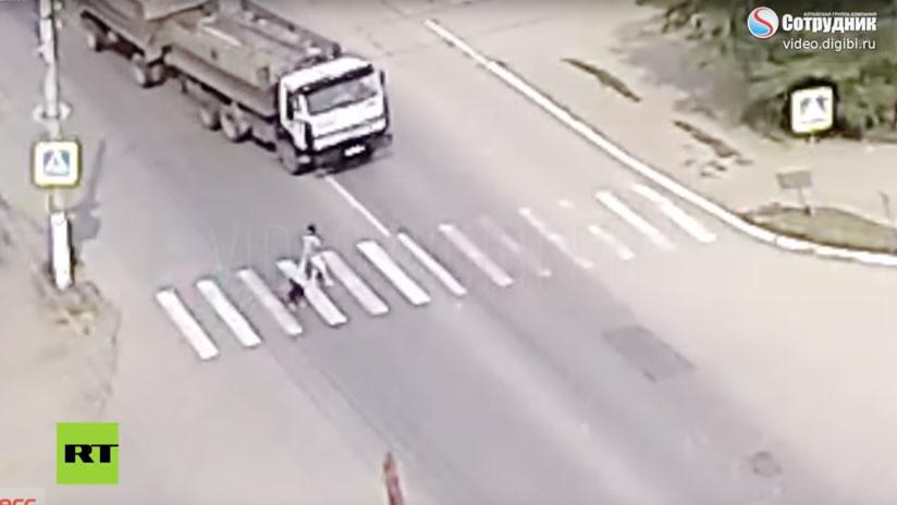 VIDEO: Un perro salva a su dueña de morir atropellada por un camión