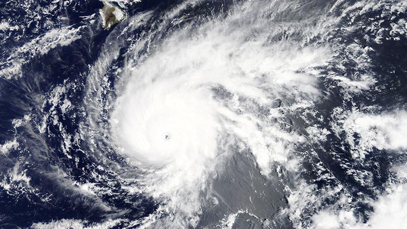 """El huracán Lane avanza hacia Hawái y podría causar """"undaño récord"""" a las islas"""